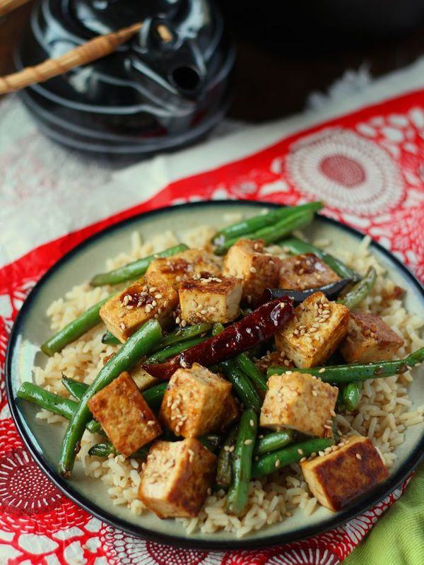Chinese Garlic Tofu Stir-Fry -- Incredibly fast & easy weeknight meal with a packet of microwaveable brown rice!