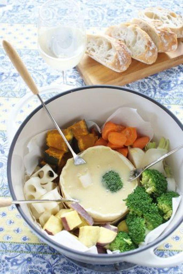 バーミキュラで、秋野菜と、カマンベールチーズを一緒に加熱して、カマンベールチーズに野菜を絡めていただきます。 カマンベールチーズには白味噌と白ワインを混ぜてます。