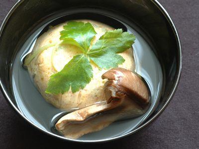 ある和食の本を読んでいると、とても美味しそうな料理が目にとまりました。 お椀の中に白いお団子のようなものが入っていて、周りにおダシがはられている料理。 そう、和食の定番、 エビのしんじょ です。 見た目がとにかく美味しそうでしたので、精進のおもてなし料理として作りたいなと思いましたが、精進料理ゆえの制約で、通常しんじょに使われるエビも白身魚も卵白も使えません。 しかし、何とかならないかと
