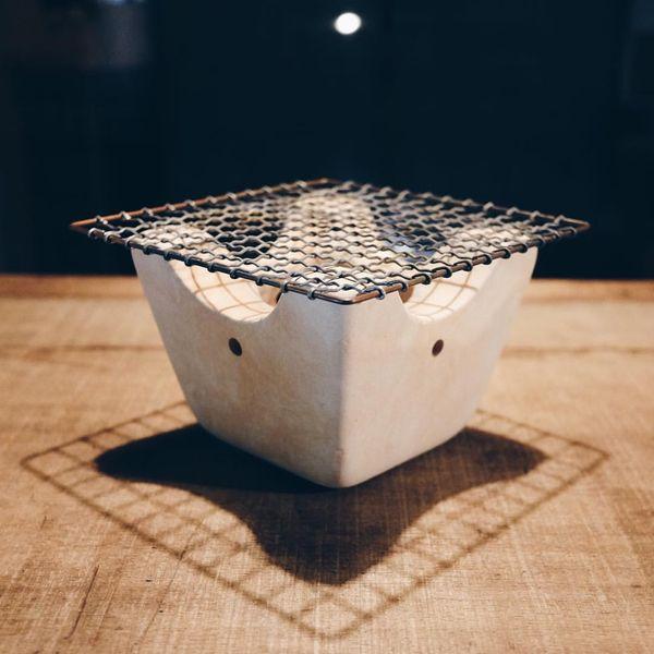 """foucault: """" 今日は、小さな七輪を。これは日野さんの私物。僕もそら豆など焼いてみたいです。また、日野さんのコメントを。「能登半島の珠洲は七輪の産地。そちらで作られている、小さな七輪、<コキリダシ>。原料である珪藻土を<切り出して>作っているので、<コキリダシ>です。」 (工藝風向) """""""