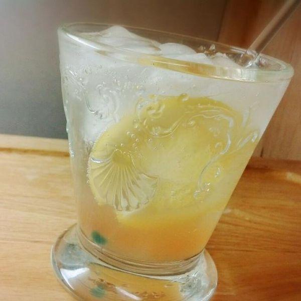 先日作ったジンジャーハニーレモンでジンジャーエールを♪ いい蜂蜜で作ると美味しい~♪ こう言うのが美味しい季節になるね>^_^< - 69件のもぐもぐ - ジンジャーレモンエール♪ by key♪
