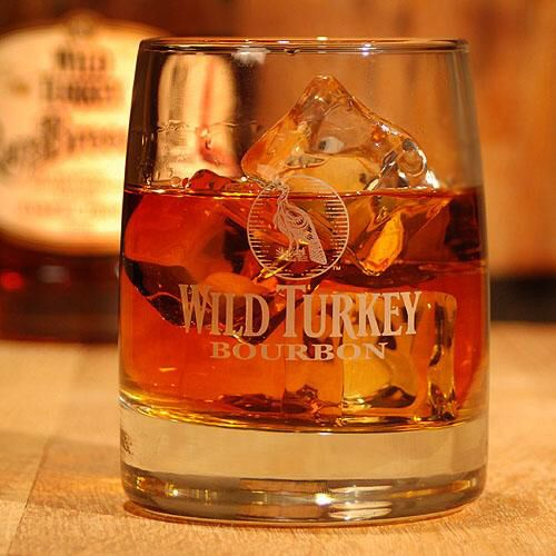 Image issue du site Web https://tasteofbourbon.com/ProdImages/thumbnails/TOB_WildTurkey_Rocks_Glass_Front_500x0.jpg