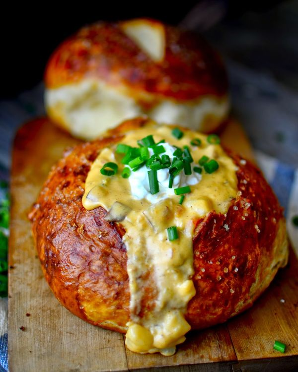 Yammie's Noshery: Roasted Cheesy Potato and Ham Soup {In Pretzel Bowls!}