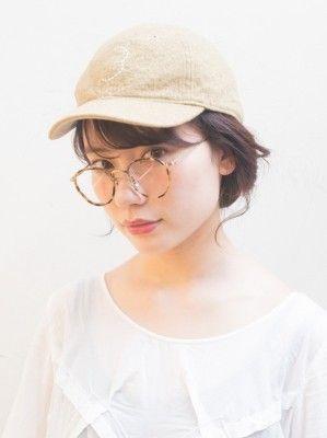 女性のキャップが大流行!髪が乱れにくい帽子アレンジ