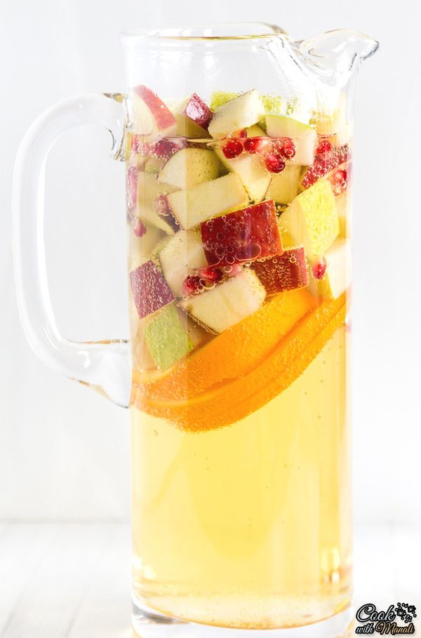 Non-Alcoholic Apple Cider Sangria is the perfect drink to celebrate fall! #drink #fall