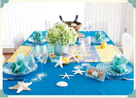 """鮮やかなブルーのテーブルクロスに、黄色のランナー。サービスプレートには、ナプキンをのせ、""""きちんと感""""を演出。ゲストへのおもてなしの気持ちを表します。<イメージ>"""