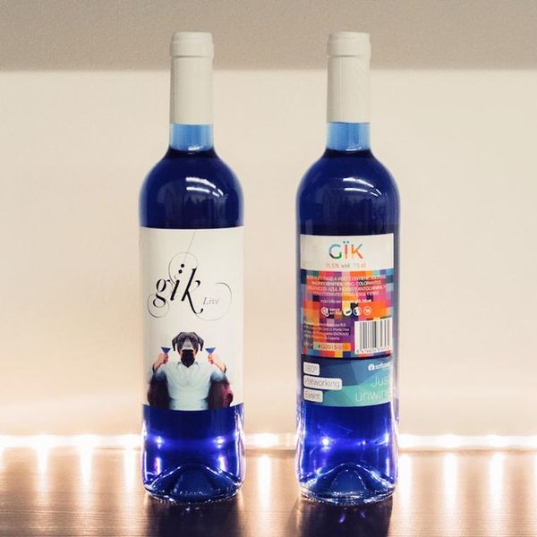 Six jeunes entrepreneurs viennent de lancer leGïk Blue Wine, un vin possédant uneétonnante couleur bleue !Après les traditionnels vin rouge, vin blanc