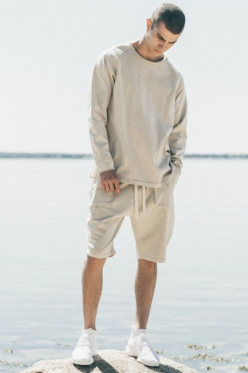【必殺テク解禁】オールホワイトコーデで季節感ある着こなし|効果的な差し色、秋トレンド感ある小物選び
