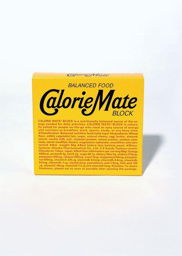 大胆なイエローとタイポグラフィだけの美しい文字組。ロングセラーのバランス栄養食「カロリーメイト」は、発売開始当時のデザインを維持しながら長きにわたり市場で支持されてきた点がグッドデザイン賞に評価された。