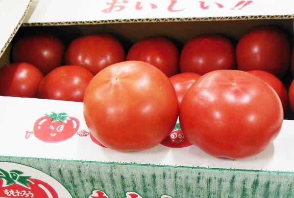 「アズミハウストマト」  長野県安曇野市近郊で栽培され「アズミハウス」という商品名で出荷されているトマトです。  品種は「桃太郎」。果肉がしっかりとした大玉トマトの主流の品種です。  肉厚で甘く、完熟で出荷されています。 生産地 : 長野県   時期 : 5月~7月下旬
