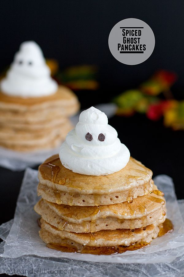 Send the little ones off to school with these spiced ghost pancakes. They'll feel the Halloween spirit from the morning onwards!