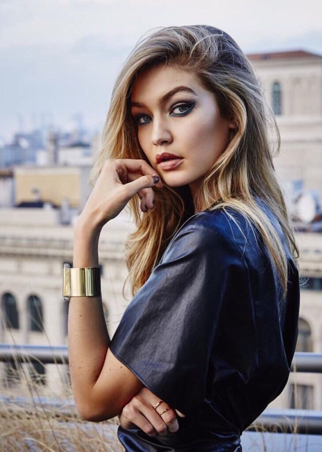 Hmm, hello. I'm Izabel, 16 and the daughter of a famous writer. I'm not really into writing though, i prefer reading or designing clothes. Gigi Hadid