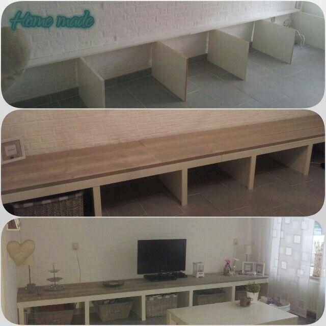 Laag tv meubel voor over de hele lengte van de woonkamer met kussen erop voor extra zitplekken - Planken maken in een kast ...