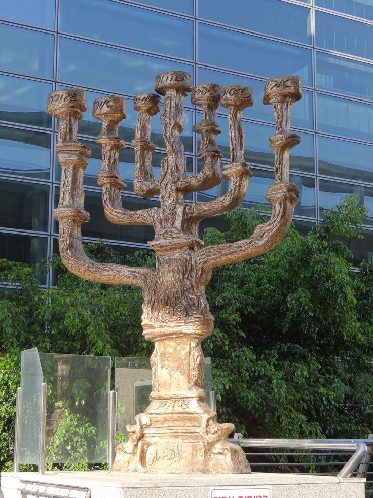 Fot. Grażyna Banaszkiewicz, Menora zaprojektowana przez S. Dali na Lotnisku Ben Gurion.