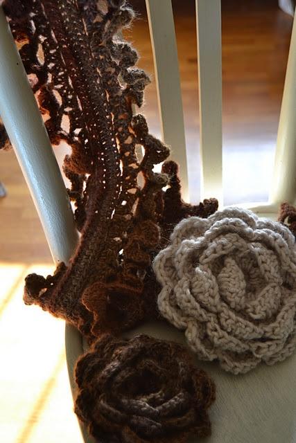 sciarpa e fiori a crochet
