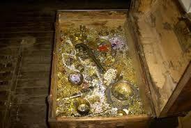 03 – Con este financiamiento del azar se pudo dedicar tranquilamente a sus aficiones favoritas: la exploración, la arqueología y buscar tesoros escondidos.