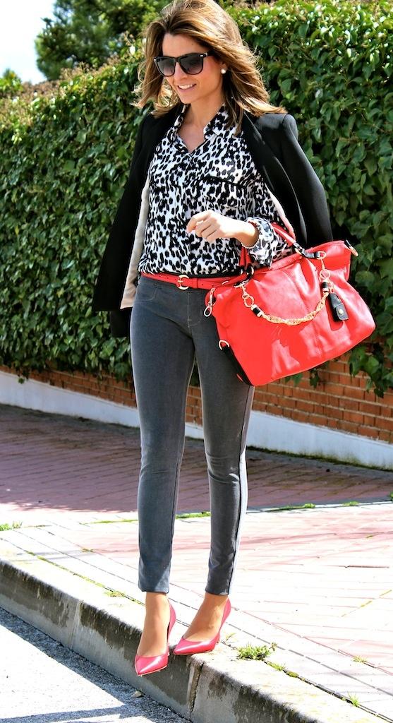 SILVIA apuesta hoy por un look de contrastes con nuestros stilettos (ref. 1026 PRECIO 79€) y nuestro bolso (ref. 1004 PRECIO 39€) ambos en color rojo. No os parece un look superacertado??? Más fotos aquí http://www.ohmylooks.com/2013/03/energetic-color-color-energetico/