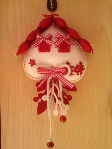 Casetta in feltro con tetto di cuori christmas pinterest - Cuore da appendere alla porta ...