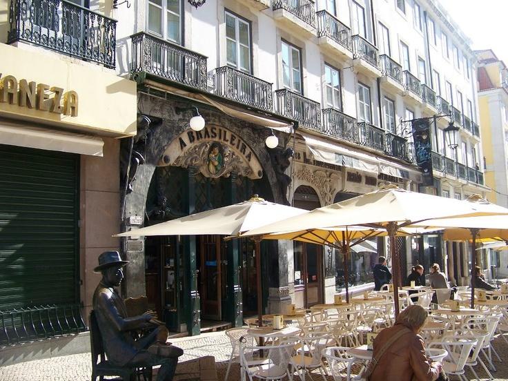 Lisboa - Chiado e estátua de Fernando Pessoa  Portugal
