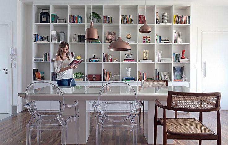 cadeiras transparentes reforçam a claridade do ambiente