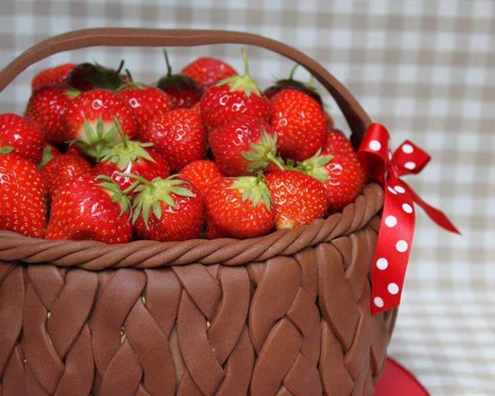 Basket of strawberries cake | Cake Designs | Pinterest