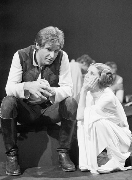 Han Solo (Harrison Ford) y la Princesa Leia (Carrie Fisher), en un descanso del rodaje de La Guerra de las Galaxias (1977)