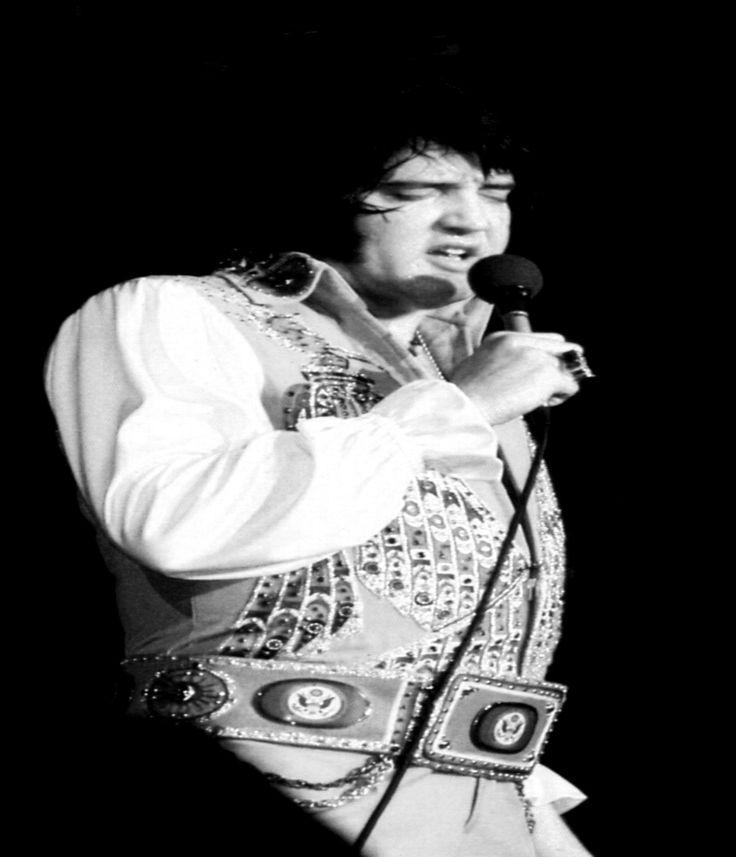 ELVIS ON STAGE IN 1976...
