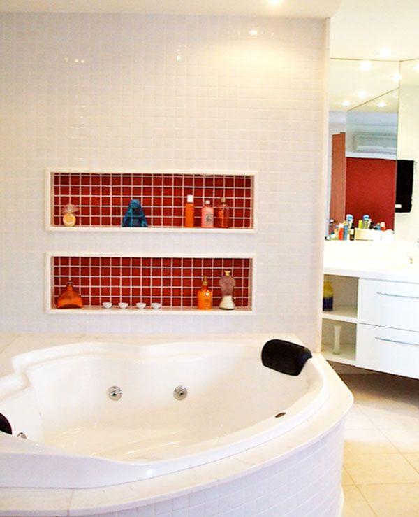 Este banheiro, projetado pela designer Ana Lucia Nunes Gomes, é integrado ao quarto de casal. A banheira e a bancada ficam dentro da suíte, sendo separados do vaso sanitário e do chuveiro apenas por uma porta de correr.