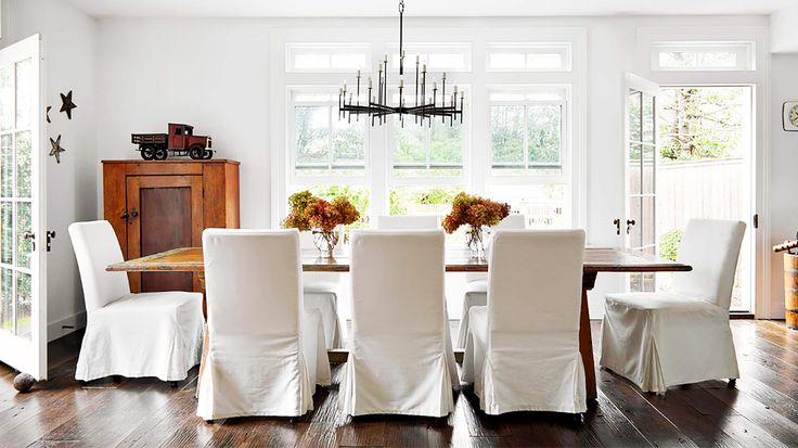 A rustic dining table with traditional room details // Dining Rooms