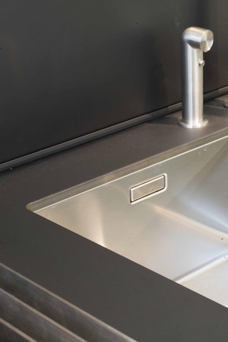 Umywalka wystylizowana materiałem Nano-Tech