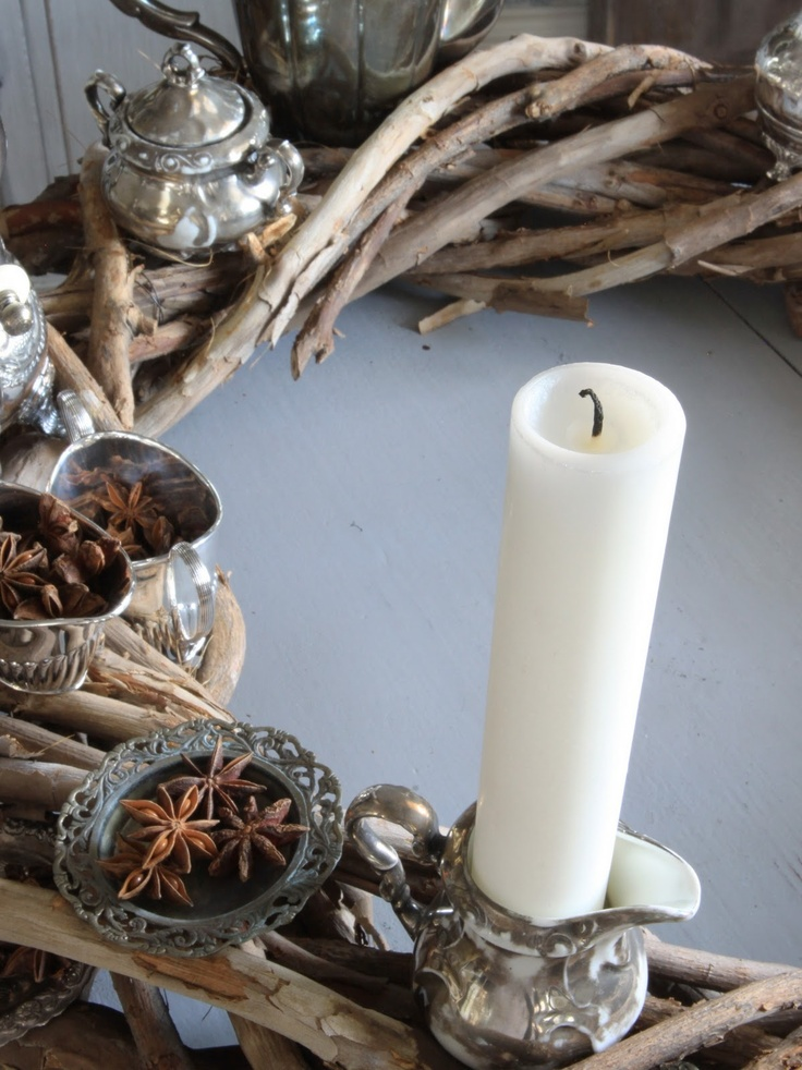 §§§ : Advent wreath of twisted vines, wax candles and old silver pieces