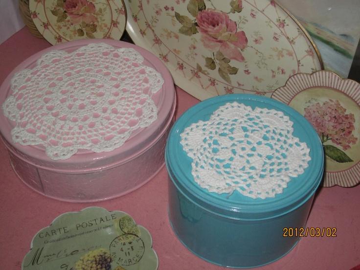Latas pintadas y decoradas y aprovecho para lucir mi bandejita y platitos vintages (comprados)