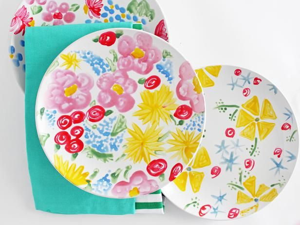 Create your own version of the vibrant, vintage-inspired floral patterns by transforming a plain white plate with ceramic paint and a few simple techniques.