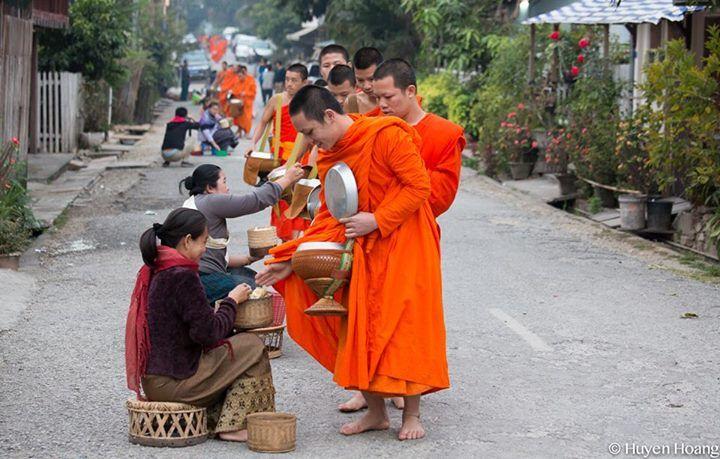 Các nhà sư tại Luang Prabang đi khất thực