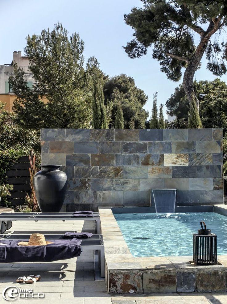 Bassin de nage et mur couvert de carreaux d 39 ardoise chez for Piscine bassin de nage