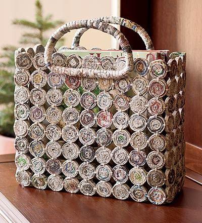 Bolso hecho con periódico reciclado