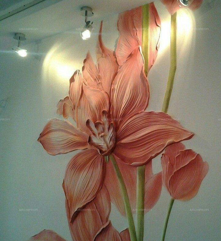 Цветы на стене из гипса