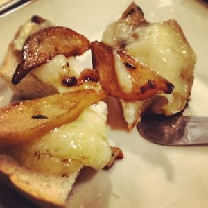 baked brie with caramelized pear and shallots. yum!!