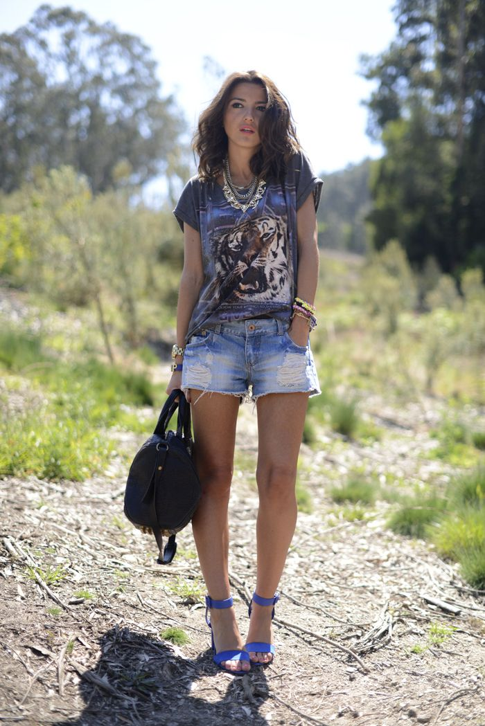OUTFIT: tiger printed t-shirt, denim jeans, blue heels