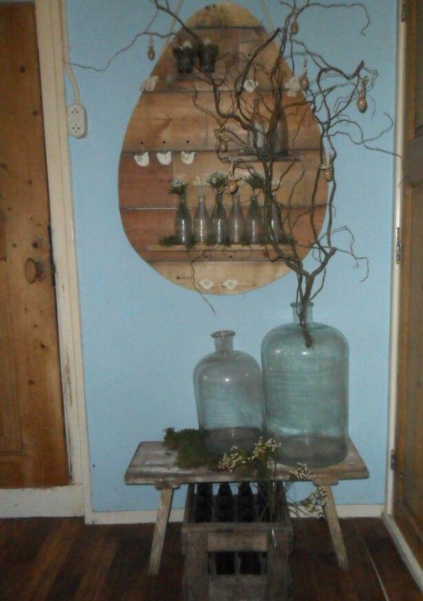 Houten paasei aan de muur  Pasen en lentegevoel  Pinterest