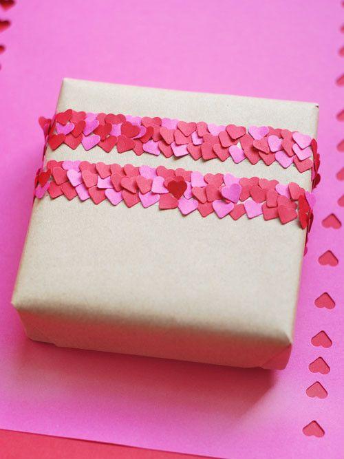 Voeg confetti toe aan je cadeau: gebruik een hartenperforator en plak dubbelzijdig tape op je cadeau.  Daar kun je de uitgedrukte hartjes mooi opplakken.  Ook leuk met rondjes of andere vormen.