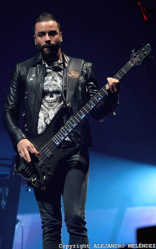 CIUDAD DE MÉXICO, octubre 18, 2013.  Christopher Wolstenholme, bajista del grupo británico Muse, participa durante su concierto en Palacio d...