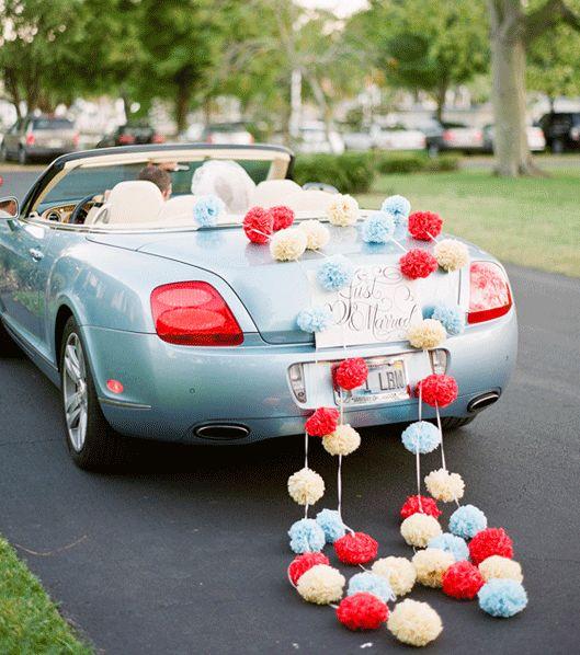 des pompons accrochs la voiture dlicieuse ide dco mariage - Decoration Voiture Cortege Mariage