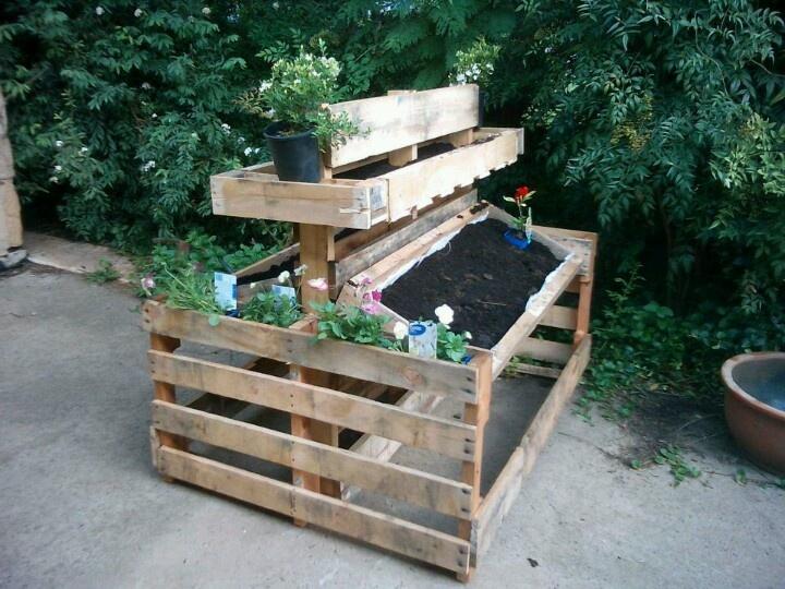 Pallet vertical bed demonstration garden pinterest for Vertical pallet garden bed