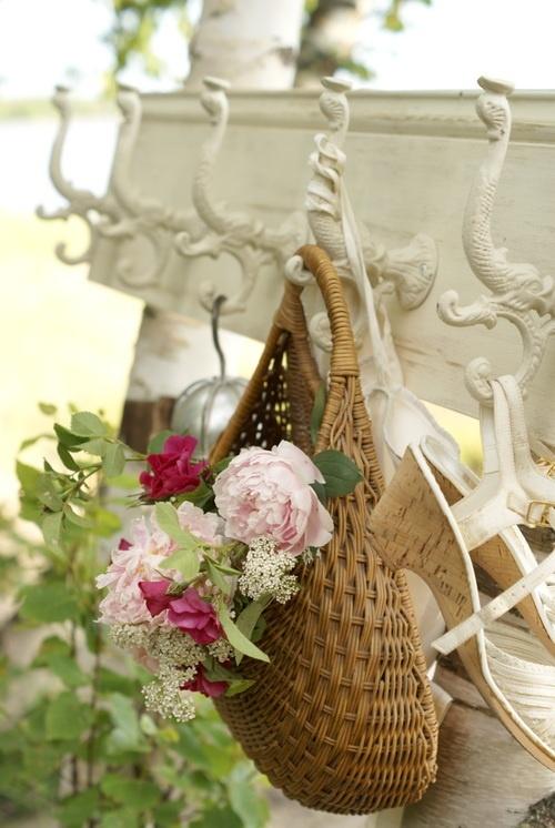 panier en osier et fleurs