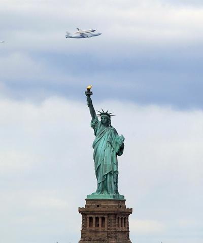 Nasa Shuttle flies over NYC