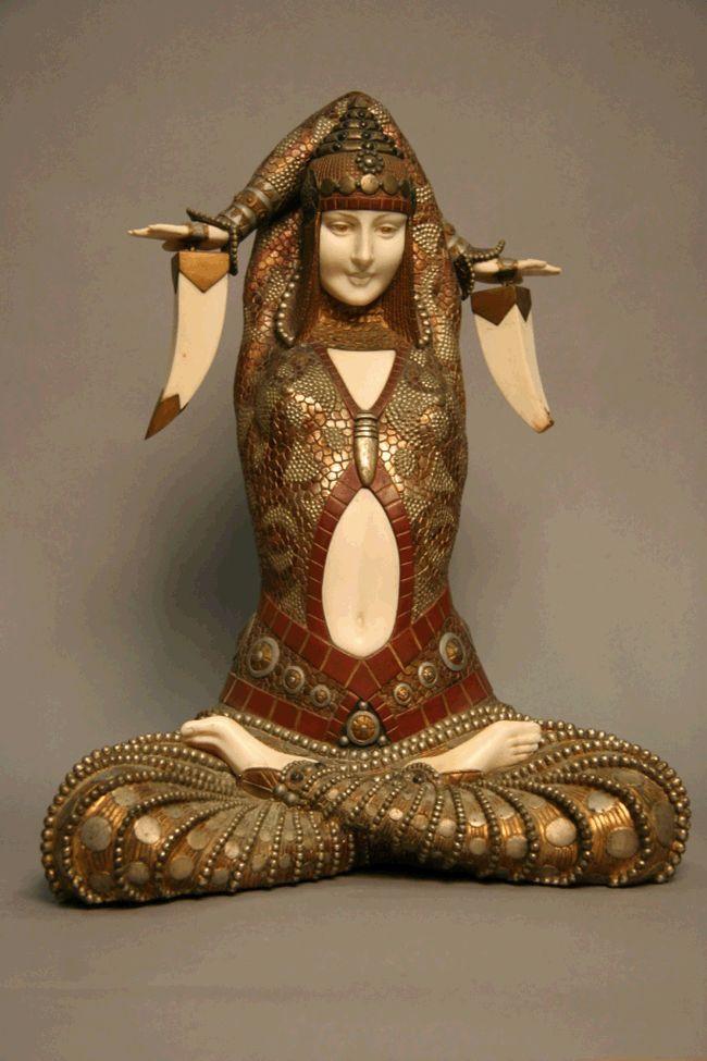 Aucun doute possible, cette Civa, sculpture chryséléphantine estimée 50 000 € à 80 000 €, en bronze émaillé à froid, onyx et argent, est bien de Chiparus.    Alors que d'autres productions sont déclinées jusqu'à quatre hauteurs différentes, Civa n'a été réalisée qu'en un seul format, signe qu'elle était destinée à des collectionneurs fortunés.