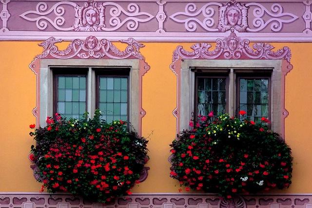 Façade colorée et fleurie by Lucille-bs