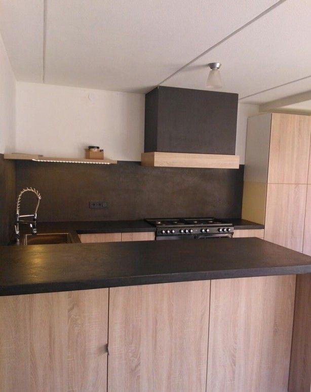 Keuken Achterwand Goedkoop : Lichte houten keuken afgewerkt met een werkblad, achterwand, schouw