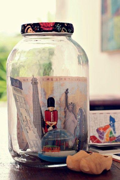 Mem�rias em conserva: escolha recipientes grandes para expor  lembran�as de viagem, como ingressos de teatro, souvenires e mapas